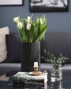 Interior design tips Coffee Table Styling, Decorating Coffee Tables, Coffee Table Design, Interior Design Tips, Interior Exterior, Interior Styling, Coffee Table Arrangements, Floral Arrangements, Decoration Table