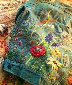 На этот раз у меня очень практичная тема очередной подборки — это отделка джинсовых курток :) Вспоминаю, какой это некогда был дефицит — джинсы и вообще все из джинсовой ткани, символ сладкой зарубежной жизни :) А сейчас, подозреваю, трудно найти кого-нибудь, у кого в гардеробе нет одежды из джинсовой ткани. Но все же покупные джинсовые куртки довольно однотипны, им хочется придать изюминку.