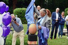 Onthulling van de nieuwe urnenzuilen op de vernieuwde  begraafplaats aan de Zundertseweg door wethouder Jan van Hal tijdens de open dag op 17 juni.