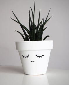 Customiser un pot facilement / Peindre un visage sur un pot More on good ideas and DIY