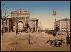 Beyazıt Meydanı, Cami ve çevresi yüzyıllardır bir çok fotoğrafçının uğrak yeri olmuştur. Çok nadir bulunan 1890 yılına ait renklendirilmiş bu fotoğrafta bunlardan biridir. ~ Tarih Durağı