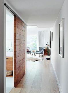 une belle idée avec une porte en bois coulissante, intérieur moderne, porte en bois, coulissante