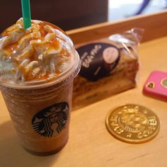 Starbucks Caramel Frappuccino at home. Instead of Caramel you can try Hershey's chocolate syrup and it tastes just as good! Starbucks Caramel Frappuccino, Bebidas Do Starbucks, Frappuccino Recipe, Starbucks Drinks, Dessert Drinks, Yummy Drinks, Yummy Food, Desserts, Starbucks Recipes