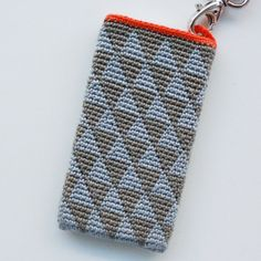 "Geometric crochet iPhone Cover (with handle): this pattern (w/ beautifully detailed photo tutorial) was posted by Jeanette on ""Lutter Idyll""."