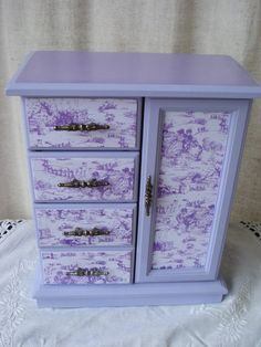 Vintage jewelry box hand painted & decoupaged in lavender french toile. Jewelry Box Makeover, Armoire Makeover, Painted Jewelry Boxes, Altered Boxes, Altered Art, Jewellery Boxes, Jewelry Armoire, Trinket Boxes, Painted Furniture