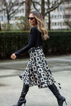 Outfits with skirts Truly Stylish Work Outfits With Over The Knee Boots Navy blue boots matched with a printed navy-white midi skirt are perfect workwear inspiration Mode Outfits, Skirt Outfits, Fashion Outfits, Modest Fashion, Skirt Fashion, Fashion Boots, Fashion Moda, Work Fashion, Womens Fashion