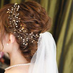 今、インスタでも話題の「小枝アクセサリー」!どんなスタイルにもマッチするので、結婚式のヘアアレンジに使う花嫁さんが急増中なんです。今回は、そんな新しい人気アイテム「小枝アクセサリー」を使ったアレンジをご紹介♪ Diamond Earrings, Diamond Studs, Diamond Drop Earrings