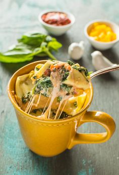 Spinach Ricotta Lasagna in a Mug - Microwaves - Ideas of Microwaves - You can make delicious fresh lasagna in a mug! All it takes is 15 minutes. Spinach Ricotta Lasagna In A Mug Mug Cake Receta, Mug Cake Micro Onde, Spinach And Ricotta Lasagna, Microwave Mug Recipes, College Microwave Recipes, Microwave Cake, Dorm Food, College Food, College Cooking