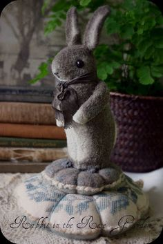 Sweet grey bunny pin cushion by Susan Pilotto! Small Cushions, Pin Cushions, Grey Bunny, Felt Mouse, Wool Applique, Felt Hearts, Soft Sculpture, Felt Animals, Needle Felting