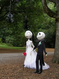 'Jack Skellington & Sally' Scarecrows at The Huntsville Botanical Gardens Scarecrow Festival, Halloween Scarecrow, Outdoor Halloween, Halloween 2020, Holidays Halloween, Fall Halloween, Happy Halloween, Halloween Party, Scarecrow Ideas