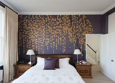 Schlafzimmer Tapeten lila goldene Farbe Natur Muster