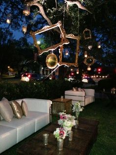 Vintage glam outdoor lounge. Ok, it's an outside delicious room.