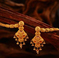 Khazana Jewellery offers exquisite collection of Gold Jewellery Designs for women. We are one of the Top jewellers in India having beautiful Indian bridal necklace & bridal jewelry sets with latest designs from our stores. Gold Jewelry Simple, Gold Wedding Jewelry, Gold Rings Jewelry, Bridal Jewellery, Ear Jewelry, Bridal Necklace, Gold Necklace, Gold Ring Designs, Gold Earrings Designs