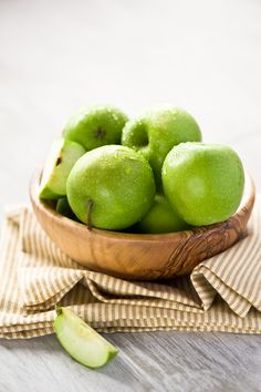 Green apple has long been recognized as one of the healthiest fruits. Some of the health benefits of green apple are listed below: Fruit And Veg, Fruits And Veggies, Fresh Fruit, Fresh Green, Green Apple Benefits, Healthy Fruits, Healthy Eating, Photo Fruit, Raw Food Recipes