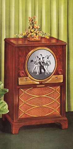 The first TV I remember in our house had a completely round screen like this Zenith  and it was very little in diameter.