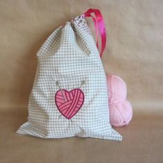 Sac tricot, brodé d'un cœur pelote et de 2 aiguilles à tricoter. dimension : 26 cm x 35 cm