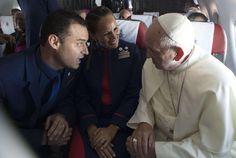 Francesco in aereo celebra il matrimonio tra hostess e steward / Video
