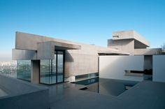 Casa de concreto en una ladera. Casa Zaror / Jaime Bendersky Arquitectos