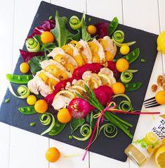 「野菜」「フルーツ」「たんぱく質」「トッピング」を組み合わせた、 ひと皿でいろいろな栄養素を摂ることができると話題のパワーサラダ! 鶏ハムは、ドレッシングを入れて一緒に炊飯器で低温調理することで、レモンドレッシングの爽やかな酸味が染み込み、ドレッシングには鶏から出た汁の旨味が加わり更に美味しくなります! Sushi Platter, Creative Food Art, Food Carving, Party Dishes, Food Garnishes, Food Platters, Salad Bar, Food Design, Food Presentation