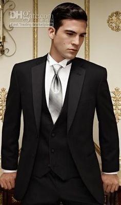Traje negro con corbata plateada y chaleco. Elegante.