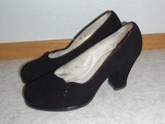 Kauniit kengät, vielä kun olisi muuten tätä tyyliä :) Toisaalta nää vois laittaa vaan esillekin... Tamperelaisen Kaven 40-luvun korkokenkät