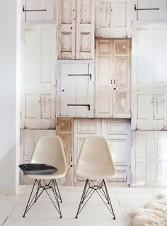wallpaper with old doors, fun seating | Behang van Onszelf