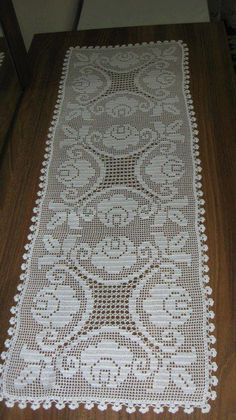 Caminho de mesa em crochê filet