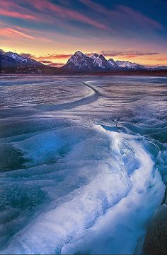 Frozen Abraham Lake in Banff National Park, Canada (by kevin mcneal). Beautiful but looks really cold. Beautiful World, Beautiful Places, Beautiful Pictures, Amazing Places, All Nature, Amazing Nature, Landscape Photography, Nature Photography, Photography Tips