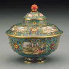 Во времена правления императоров Канси и Цяньлун династии Цин (1644 — 1911), перегородчатая эмаль улучшилась и достигла своего художественного пика. Художественные изделия с перегородчатой эмалью, известные в Европе как «клуазонне»,  в Китае называют «цзинтайлань» (jingtailan, 景泰蓝).