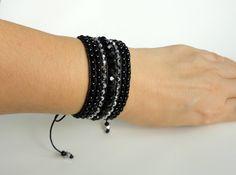 Bracelete confeccionado com fio encerado, miçangão, cristais tchecos preto e prata. <br>Fechamento tipo cadarço, ajustável para pulsos de 15 a 17 cm