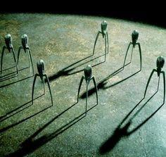 Un'invasione aliena? No, è il famoso Jucy Salif!Nasce come uno spremiagrumi, nel 1990, ma diventa subito un'icona del design, un pezzo d'autore che non puo' mancare nelle nostre case. Disegnato dal designer francese Philippe Starck e prodotto da Alessi.  Esposto anche al MOMA di New York, lo spremiagrumi più famoso e discusso del tempo, continua a far parlare di sé….L'unico problema? L'acido citrico delle arance lo ossida!