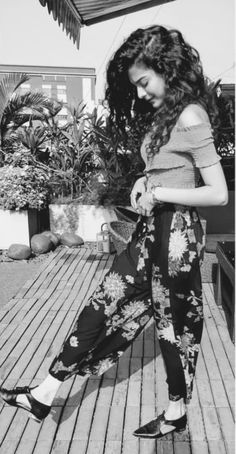 Follow me Aaysha khan 💕🤘💕 Mithila Palkar, Jean Top, Cute Beauty, Girls Dpz, Western Outfits, Indian Style, Aesthetic Girl, Girl Pictures, Indian Fashion