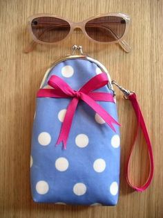Curved purse frames (& eyeglass case) Tutorial by u-handbag Purse Tutorial, Diy Tutorial, Purse Patterns, Sewing Patterns, Diy Glasses, Diy Sac, How To Make Purses, Frame Purse, Less Is More