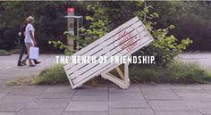 一人では座ることができないベンチ