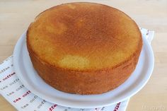 La sponge cake è una torta inglese molto umida e burrosa, ideale per essere utilizzata come base nelle torte a più piani e rivestite in pasta di