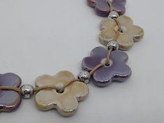 Collier unique bohème violet et beige Ravissant collier composé de perles artisanales en céramique et laiton argenté fabriquées en France par des céramistes, dans un camaieu de violet et beige, agrémenté de perles intercalaires en laiton argenté sans nickel, monté avec des