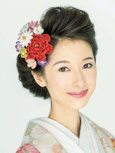7対3に分けた髪はふんわりと立ち上げてつまみかんざしを添えて。カラフルなかんざしの色みがシルバー地の打掛に華やかさを添えて。 ■お問い合わ... Wedding Hair And Makeup, Bridal Hair, Hair Makeup, Updo Styles, Hair Styles, Wedding Kimono, Japanese Wedding, Japanese Costume, Hair Arrange