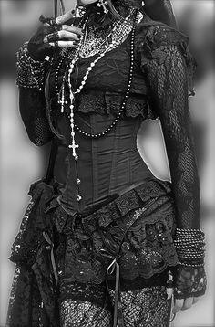 Gotiskt. Spets, svart och korsett
