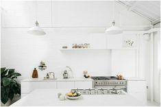 Белая монохромная кухня