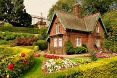 New england cottage garden design - see here - landscaping i Brick Cottage, Garden Cottage, Cottage Living, Cottage Homes, Cottage Exterior, Tudor Cottage, Cottages For You, Little Cottages, Cabins And Cottages