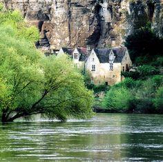 La Dordogne à la Roque-Gageac en France. Endroit sublime et reposant, qui ne… France 4, Belle France, Visit France, Oh The Places You'll Go, Places To Travel, Places To Visit, Wonderful Places, Beautiful Places, Belle Image Nature