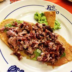 Huarache de carnitas en Mexico City.  Se le llama carnitas a las diferentes porciones del cerdo fritas en manteca de cerdo. Para su preparación se emplean enormes ollas de cobre.  En ese caso fue de maciza, nana  cuerito mmmm!! acompañado de guacamole. El huarache llevaba salsa verde & ques  http://www.onfan.com/es/especialidades/mexico-city/el-bajio-1/huarache-de-carnitas?utm_source=pinterest&utm_medium=web&utm_campaign=referal