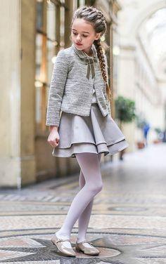 Uno de los conjuntos favoritos de Petite Bergamote para mi gusto, la falda tipo patinadora y la chaqueta me encantan y el tejido es muy muy elegante.