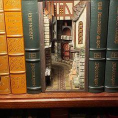 Vitrine Miniature, Miniature Houses, Ideias Diy, Fairy Doors, 3d Prints, Cardboard Crafts, Fairy Houses, Book Nooks, Small World