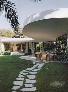 Rear facade of Casa Nara Mondadori, designed by Oscar Niemeyer.