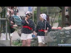 """5分であまちゃん ダイジェスト第2週「おら、東京さ帰りたくねぇ!」 宮藤官九郎が、故郷・東北を舞台にオリジナルで描く""""人情喜劇""""。夏休み。母に連れられ、初めて北三陸にやってきたヒロイン・アキは、祖母と出会う。現役の海女を続ける祖母は、人生で初めて出会った「カッコいい!」と思える女性だった。故郷で暮らすことになった女3代。ふとしたきっかけで始まる東京での生活。アキの夢、母の夢は・・・。     第2週「おら、東京さ帰りたくねぇ」  夏休みの間だけという母・春子(小泉今日子)との約束で、新人海女となったアキ(能年玲奈)。祖母の夏(宮本信子)ら先輩たちに交じり、さっそく海女修業をスタートさせる。春子は、夫・正宗(尾美としのり)と離婚することを決め、夏が経営する喫茶店兼スナック「リアス」のママとして働き始める。しかし、正宗のほうに別れる気はなく、妻と娘を追いかけてくるが、東京では見たことがないアキのはつらつとした姿を見て、一人東京に戻って行く。笑顔で見送るアキだったが、海女修業ができる時間が残り少ないことに焦っていた。"""