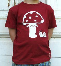 Süßes Schneckchen knabbert am Pilz. Weisser Druck auf Dunkelrot. Fairgehandeltes T-Shirt aus 100 % Bio-Baumwolle Dark Mori, Forest Girl, Black Forest, Mens Tops, Fashion, Dark Red, Mushrooms, Cotton, Moda