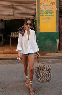 How to choose your shorts and how to wear them in style! All tips and outfit ideas can be found in this article! # # # tenuestyle 1822 jeans torn girlfriend jeans – bueatyk How do you dress at All tips and outfit ideas can be found in this article! Spring Outfit Women, Spring Outfits, Casual Summer Outfits, Denim Dress Outfit Summer, White Blouse Outfit, Summer Brunch Outfit, Flowy Summer Dresses, Summer Fashion Outfits, Fashion Dresses