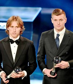 Luka Modric and Toni Kroos pose on stage during The Best FIFA Football Awards ceremony, on January 2017 in Zurich Football Awards, Fifa Football, National Football Teams, Toni Kroos, Cardiff, Real Madrid Wallpapers, Real Madrid Players, Sports Celebrities, Mens Fashion Suits
