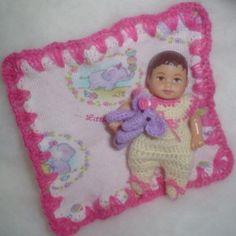 Crochet Doll Pattern, Crochet Dolls, Crochet Baby, Sewing Stitches, Knitting Patterns, Pet Clothes, Animal Clothes, Mini Bebidas, Baby Float